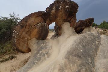 Drumetie pe taramul misterelor – Tara Luanei si asezarile rupestre
