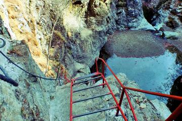 Hiking şi adrenalină prin canionul Valea lui Stan