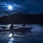 Cinci motive pentru care trebuie să experimentați o tură în caiace noaptea