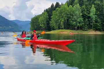 Aventuri în caiace pe Lacul Vidraru
